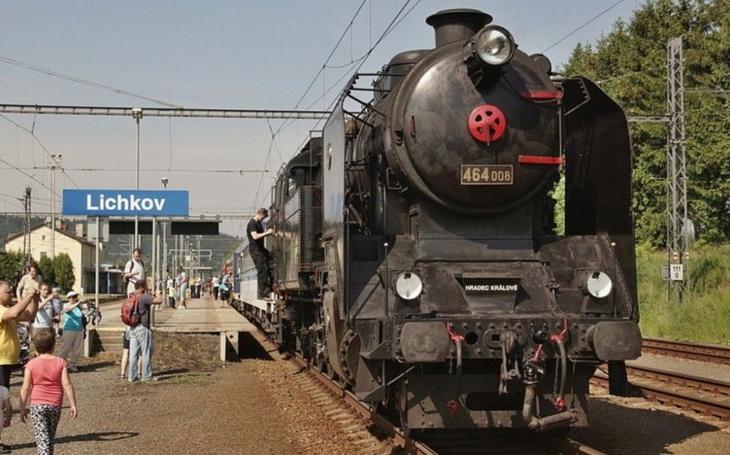Na kolejích se objevil krokodýl a roztáhl parní lokomotivu.  Ne, nejde o drama, krokodýl je motorový vůz tahající parní lokomotivy při historických vlakových jízdách v kraji