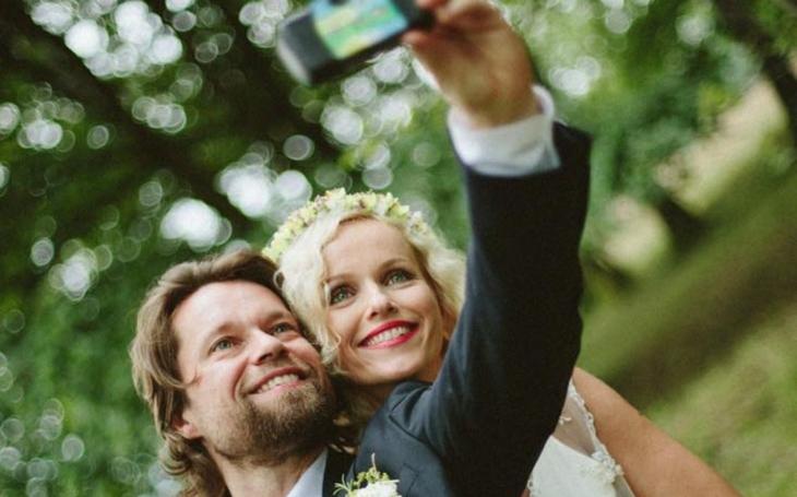 Prý to byla svatba roku. Jenže lidi víc zajímalo, že se ženil ´největší pokrytec a pozér´ českého šoubyznysu.  Nebo zda konečně nastal coming out...