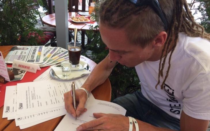 Kampaň je neskutečně živá a opravdová. Na pirátské jízdě ve Zlíně podepsal Ivan Bartoš kandidátku, zajamoval si s folkaři a... Podívejte se sami