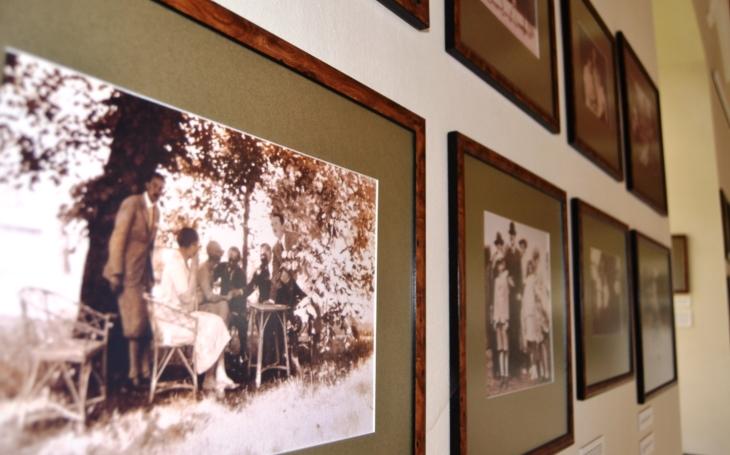 Rod Kinských stál u založení Velké pardubické. A jak si šlechtici užívali třeba lyžování nebo koupání u rybníka? V zámku ve Žďáru nad Sázavou je nově rodinná galerie