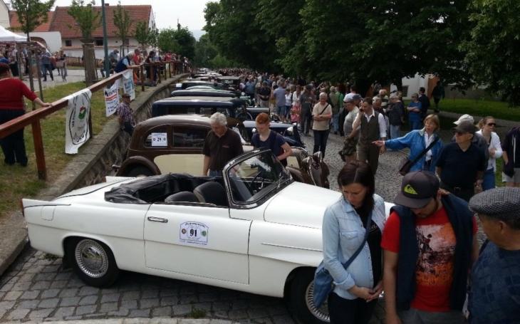 Nablýskaní udržovaní krasavci... Z plzeňského Škodalandu odstartuje 4. retro jízda, aneb v čem jsme jezdili za socialismu