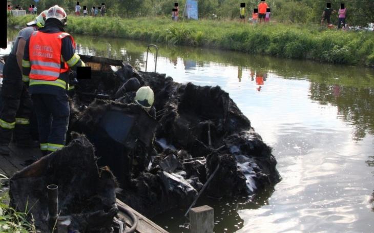 Na Baťově kanálu spálil požár na škvarek motorovou loď.  Jeden muž byl popálený, do vody unikaly škodlivé látky