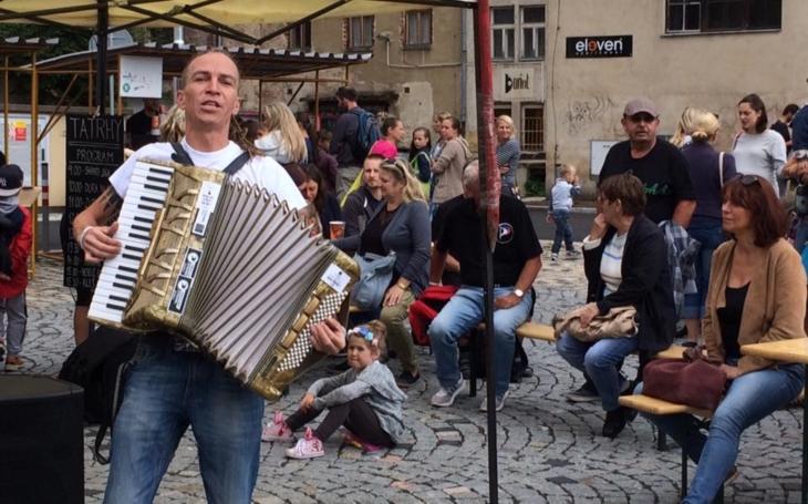 Na severu bylo luxusně, říká Ivan Bartoš. Předseda Pirátů navštívil Jablonec nad Nisou a byla to jízda. Plážový volejbal, graffiti, hudba, tanec a zpěv
