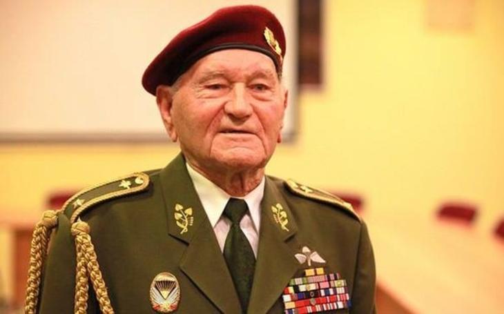 Jaroušku, kamaráde, měl jsem tě rád, řekl generál Emil Boček. S válečným hrdinou Jaroslavem Klemešem se rozloučily stovky lidí