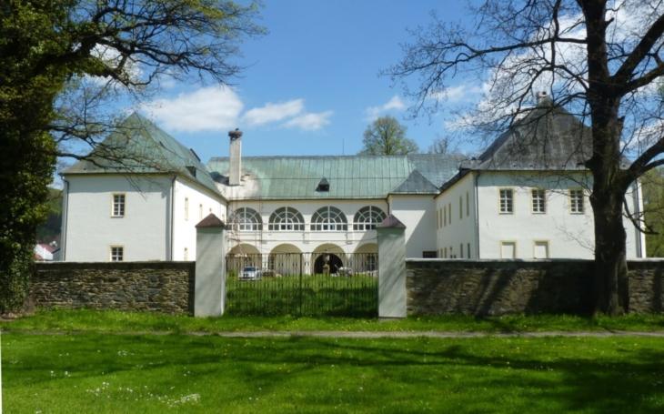 Jak to vypadá, když se prodává 31 + 1? Renesanční zámek s původními historickými klenbami a celkem 83 okny hledá majitele; je doslova za pusu