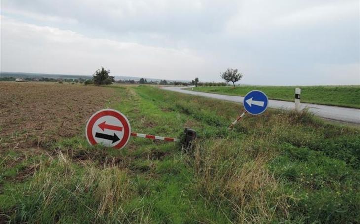 Už aby je někdo klepl přes prsty… Zloději a vandalové likvidují dopravní značky, ale nikdo je za to nepotrestá, proč?