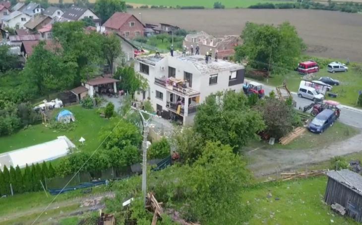 Kraj se vypořádává s následky páteční bouře. Smršť brala střechy, trhala elektrické vedení a lámala stromy. Uzavřena byla asi desítka silnic, na dvou uzavírka stále trvá
