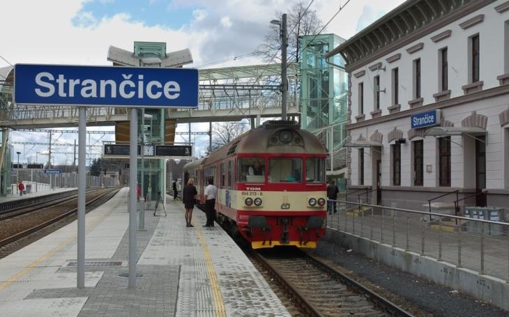 Dojíždíte do práce vlakem a chcete zaparkovat u nádraží? Smůla. Praha záchytná P+R parkoviště nemá, zato má ´modré zóny´. Čtvrteční komentář Pavla Přeučila