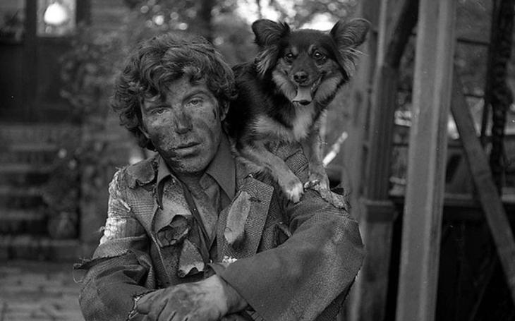Neměl domov, zato spoustu holek, a s opicí za krkem dělal jeden průser za druhým. Až to jednou pořádně přešvihl… Tajnosti slavných