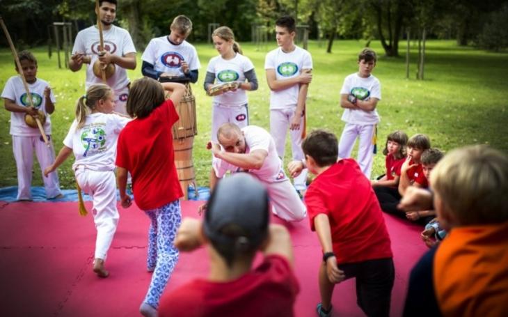 Začalo to capoeirou, skončilo usínáním v parku. Polovina lidí byla navíc 'přespolní'