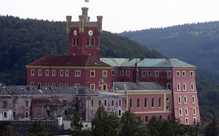 Vězni na Mírově vyrábějí plyšáky. Pomohou dětem z Pardubického kraje při dopravních nehodách či úrazech