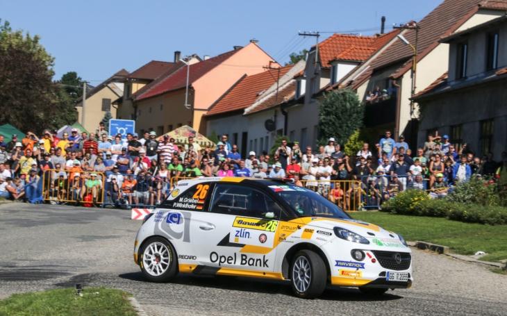 Spalo se málo, závodilo dlouho. Barum Czech Rally Zlín opanoval pošesté Kopecký, policie ji hodnotí jako klidnou. Shořel ale závodní automobil, škoda je šest milionů