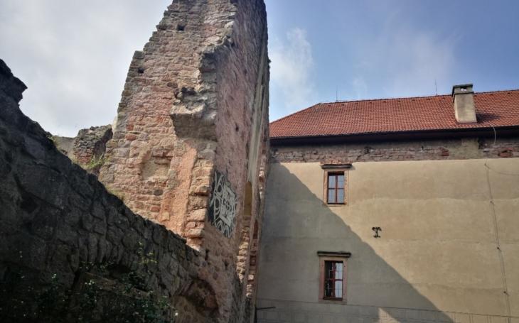 Tragická smrt na hradě Pecka, šestadvacetiletá Terezka spadla z hradeb. Chtěla se jen podívat na východ slunce...