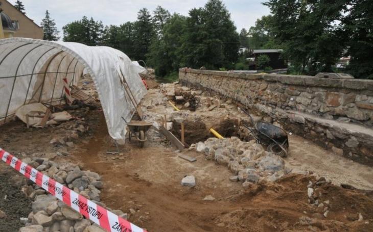 Historické pohřby i trativod z raného novověku. Archeologové v Libereckém kraji mají plné ruce práce