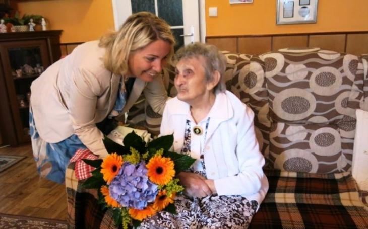 Pořad Šlágr, prohlížení časopisů nebo posezení na balkoně. 101letá Jindřiška Hlaváčková, šestinásobná praprababička se stále raduje ze života