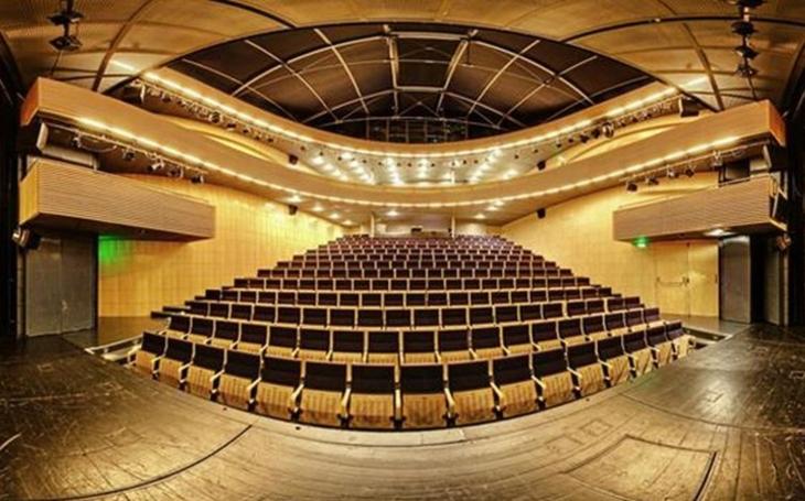 Národní divadlo Brno přišlo kvůli rekonstrukci o stálou scénu; poradilo si s tím ale více než důvtipně, představení budou i ve speciálním stanu
