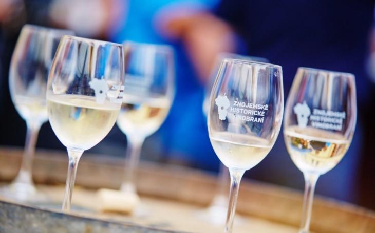 Největší svátek vína u nás, Znojemské historické vinobraní, se rychle blíží. Letos se koná třetí zářijový víkend. Máme informace o novinkách, dopravě a vůbec všem