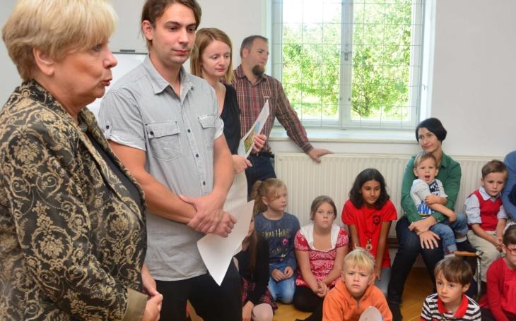 """""""Venkov se vylidňuje a spousta takových příjemných rodinných škol zanikla."""" Hejtmanka navštívila v první školní den dvoutřídku v Petříkově"""