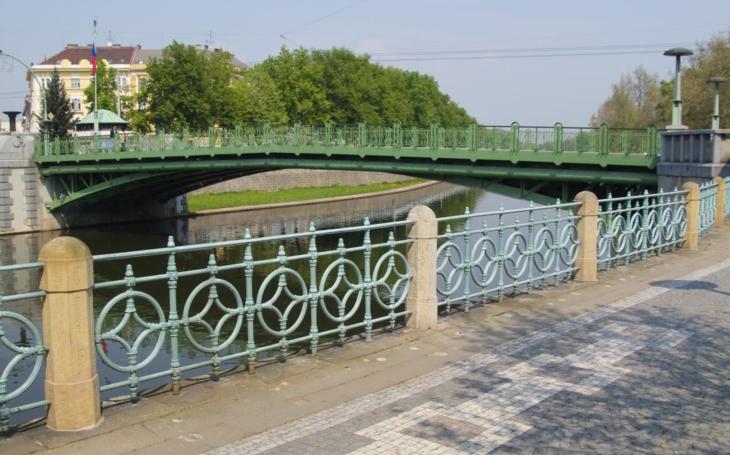Milion navíc. Součástí rekonstrukce památkově chráněného kiosku na Pražském mostě bude i oprava střechy, krovy jsou napadené dřevomorkou