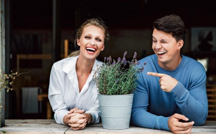 Utajit děcák nešlo, ale ta Česká Miss… Ona je modelka, on moderuje na Nově, a vyprávějí o tom, co doopravdy chybí dětem z domovů, toaleťáku i dluzích