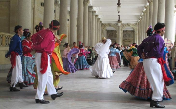 Karlovy Vary, město festivalů. Který je nejlepší? Ten co rozezpívá a roztančí celé město i kraj