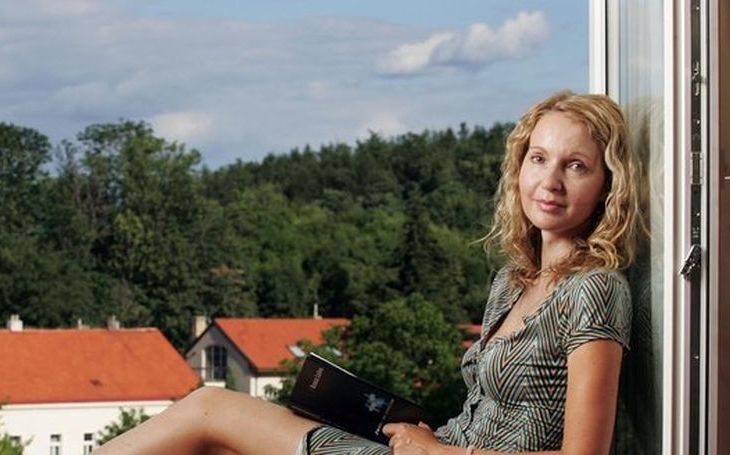 Havlova milenka Irena Obermannová na sebe opět strhla pozornost. Trapným seriálem. Kritikovi vyhrožuje ranou pěstí