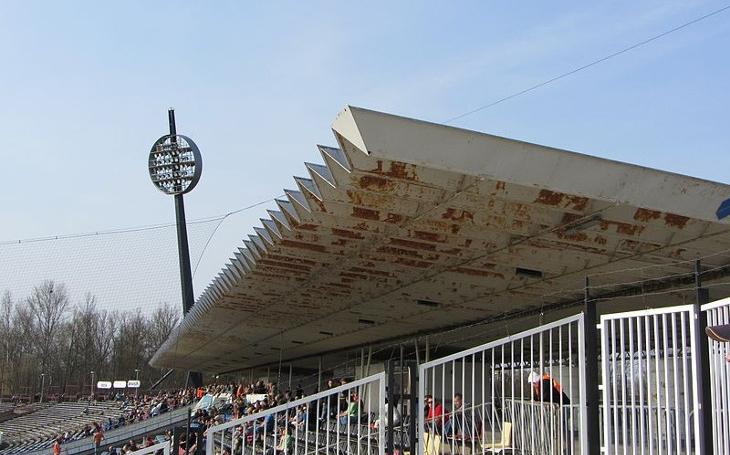 Demolice královéhradeckého sportovního stadionu pomalu začíná. Zmizet by měl do tří měsíců...