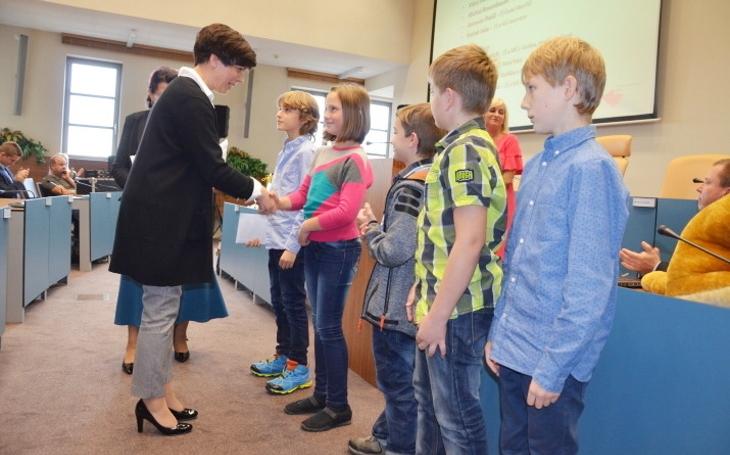 Rozdávaly se diplomy a poukázky na nákup. 86 žáků a studentů předvedlo v soutěžích, že škola je skutečně základ