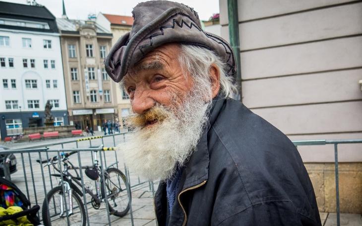 Pomáháme si, protože jsme lidé, zní z Olomouce při nalévání dobročinné polévky. 10. 10. se stavte na Horním náměstí, čekají vás tam