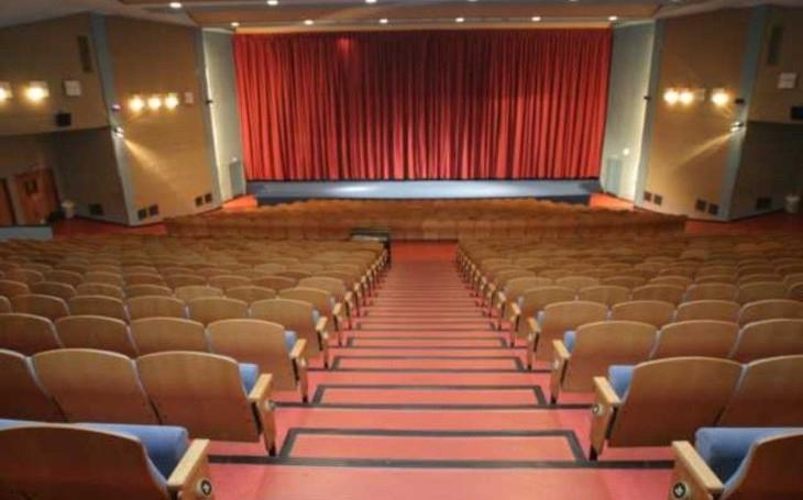 Město Zlín rozprodává sedačky kina. Jako bonus i obložení z Domu umění. Jedna sedačka stojí 18 Euro, potvrdili Slováci