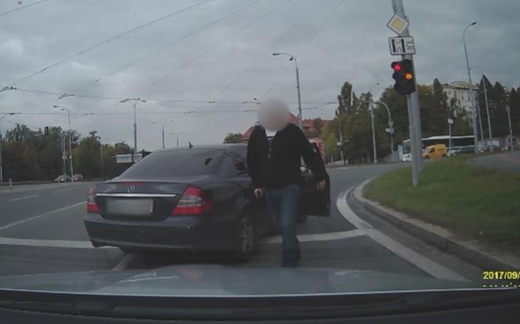 Policajt, nebo kriminálník? V Plzni se to nějak propletlo... Dva tajní policisté ve službě napadli řidiče, který na ně zablikal. Mířili na něj pistolemi a dali mu pěstí