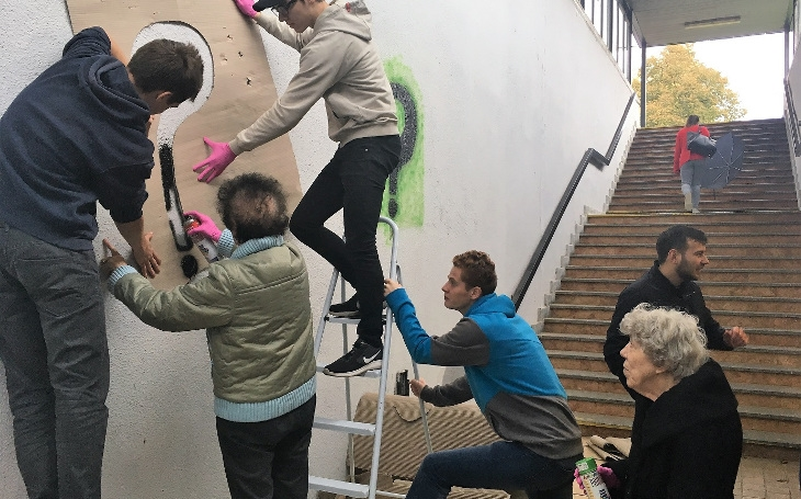 Mezigenerační spolupráce: Senioři jako sprejeři, studenti gymnázia v roli lektorů... V Olomouckém kraji se teprve rozjíždějí