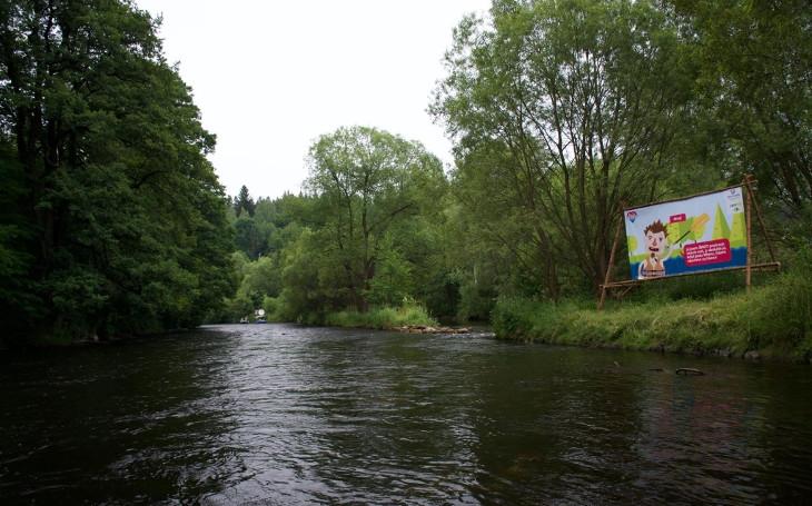 Naplnili jsme sklad pytli s odpadky, které jste vy poházeli v okolí Vltavy, lidi neblbněte, zní z projektu Jedu vodu