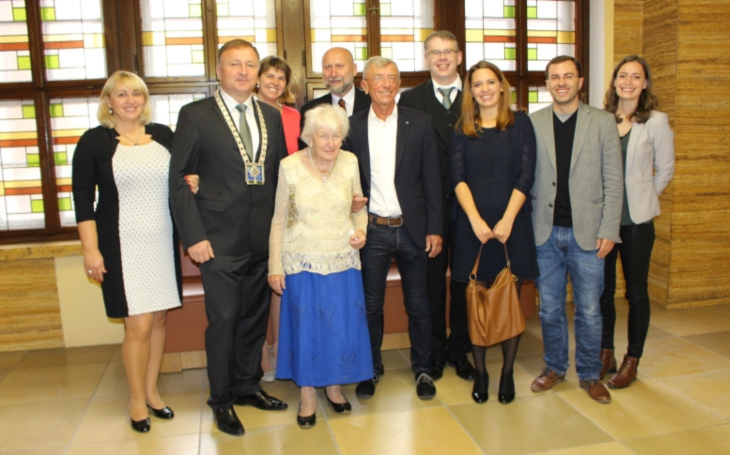 Člověku musí být 90, aby si mohl důkladně prohlédnout radnici, smála se paní Hannelore Singer