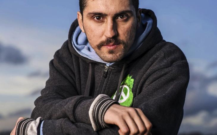Elitní hacker, bojovník proti ISIS. Kdybych válčil za peníze, byl bych voják, ale boj za svobodu je prý terorismus