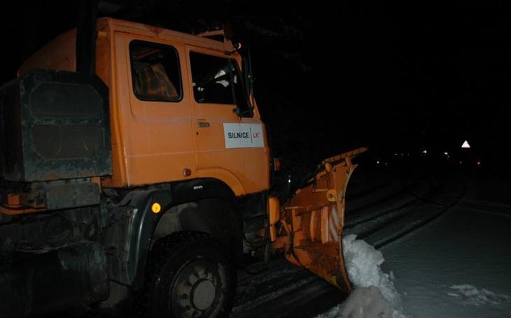 První sníh nastupující zimy. Na Jablonecku vyjel sypač a hned se setkal s problémy