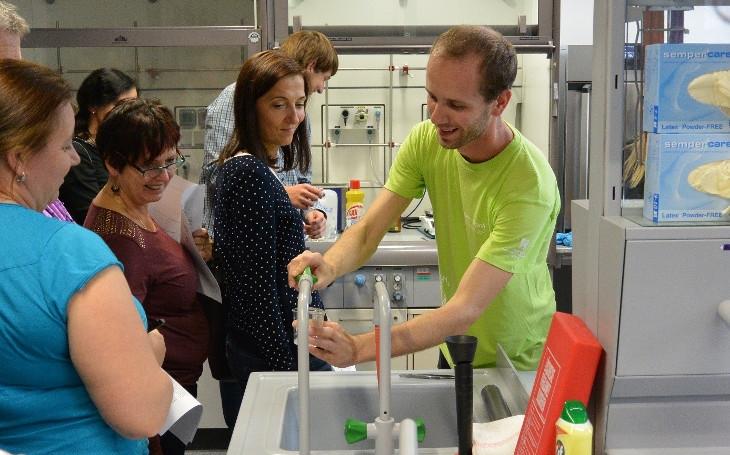 Chceme motivovat učitele k praktickým experimentům, aby studenti na vlastní kůži poznali krásu chemie. Proběhla již 3. Podzimní škola učitelů chemie