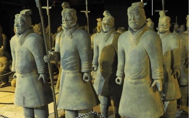 Čínská armáda se vylodila u Mostu, zatím obsadila jen oblastní muzeum, zastihnout ji tam můžete až do ledna
