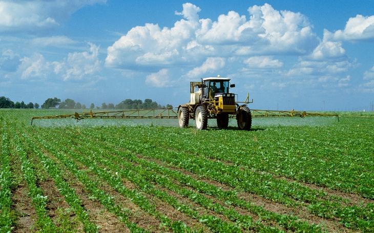 Pesticid Roundup je jed, teď snad díky petici končí. A dvojí tvář vypečeného ministra Jurečky. Komentář Štěpána Chába