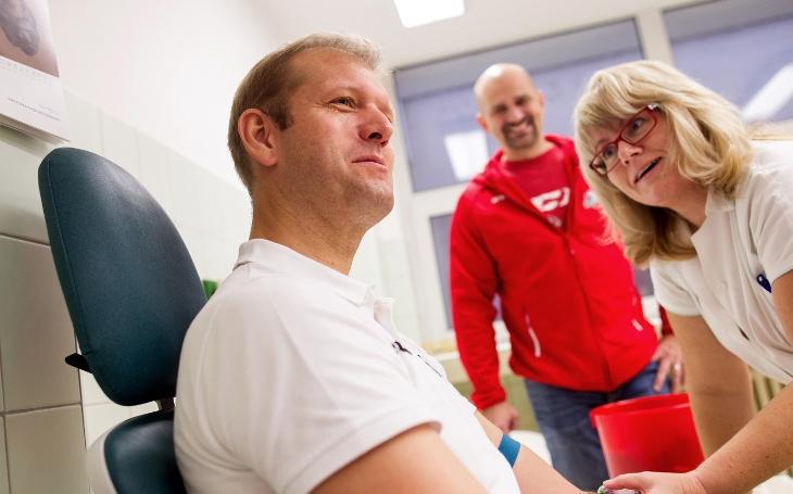 ´Hokejky´HC Dynamo Pardubice přivedli k darování krve dalších 13 lidí. Trenér kvůli prodělané leukémii jen asistoval