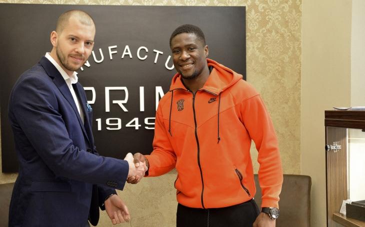 FOTO Hodinky PRIM za fair play. Fotbalista brněnské Zbrojovky byl oceněný v Londýně i doma