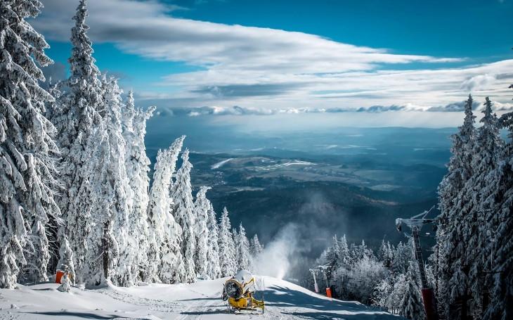 Dvacet centimetrů přírodního a sněžná děla jedou naplno. Lyžařská sezóna v Krkonoších se rozjela už v pátek