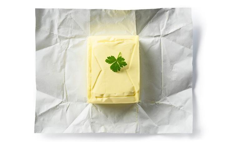 Nikam nejezděte, nakupujte doma. České máslo Meggle je kvalitnější než to německé, odhalil dTest