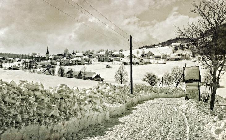 FOTO Šumava, krajina pod sněhem. Podívejte se na úchvatné snímky krajiny a ´lyžníků´ za starých časů