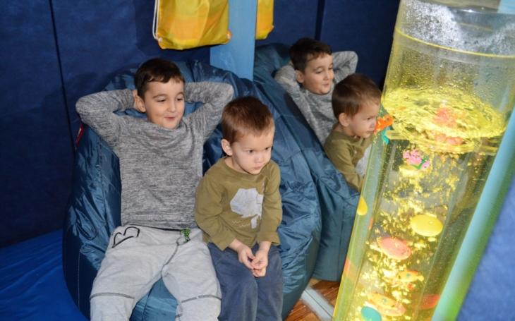 Malé autisty zOrlové díky grantu ve školce uklidňuje šumění moře a galaktická světla z vesmíru