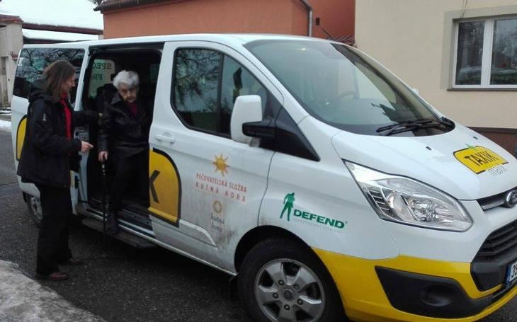 Speciální taxi pro seniory brzy vyrazí do ulic dalších tří měst, rok už jezdí v Liberci a v Prachaticích