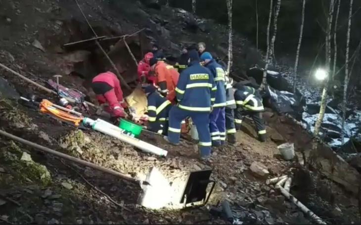 Přežije pejsek? 7 jednotek hasičů a speciální tým z Prahy. Celá republika sledovala drama záchrany jezevčíka