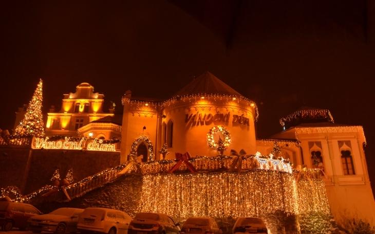 Jako když začnou Vánoce dřív. Zámeček Doubí hostí celoroční výstavu Vánoční dům a je tam všechno, co k svátkům patří