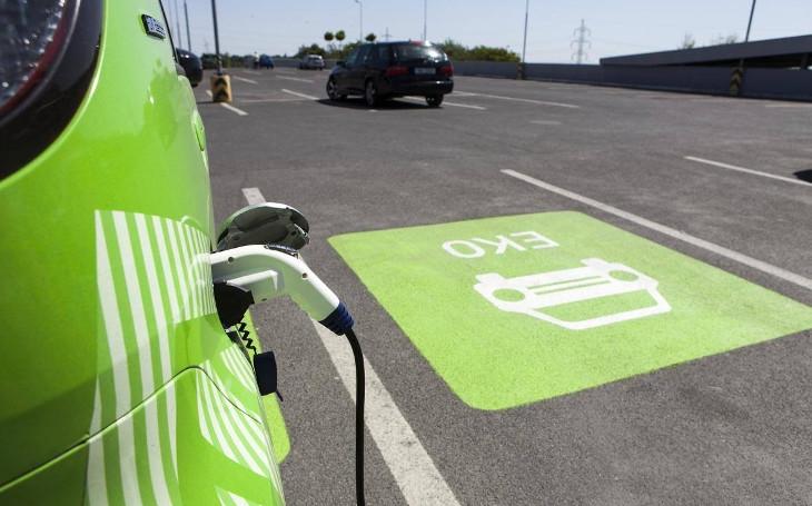 Počet elektromobilů prudce vzroste. ČEZ ve spolupráci s mnoha společnostmi staví desítky elektrostanic
