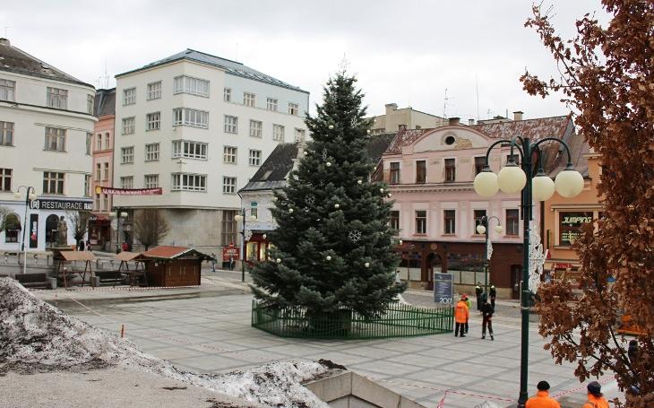Jablonecké Vánoční trhy ohrozil silný vítr. Ozdobená jedle se naklonila a hrozil pád, přišla rychlá akce Technických služeb Jablonec